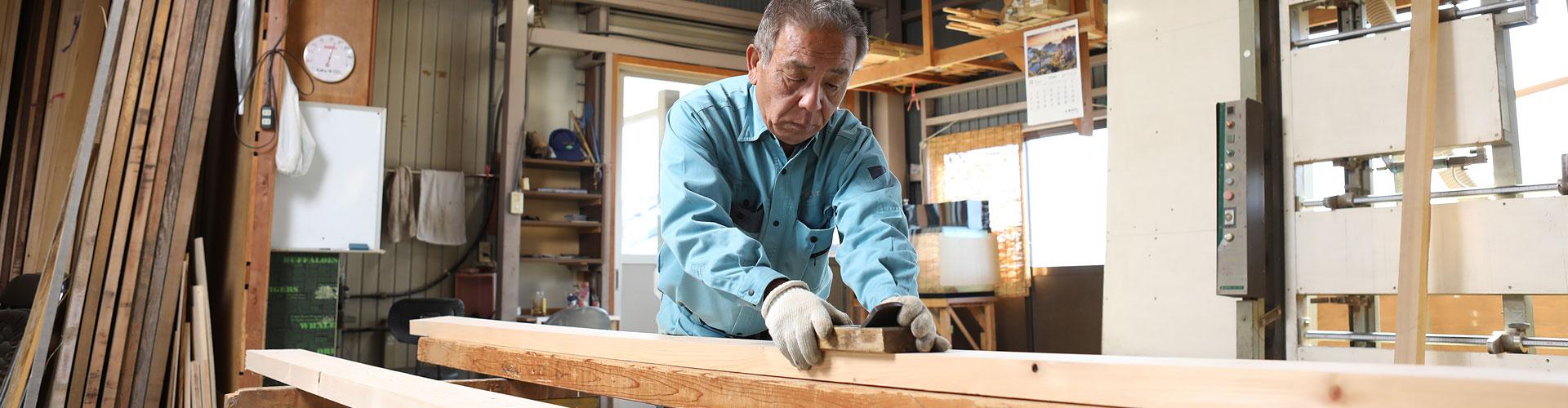 木材を加工している様子